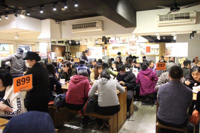 [台北]捷運善導寺 超人氣排隊美食中午秒殺油飯 超澎湃養生雞湯 雙月食品社