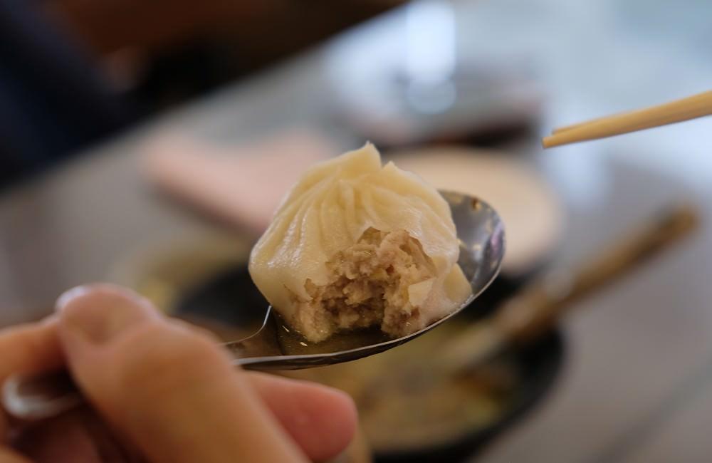 [台南]永康 三川湯包川菜館 多肉多汁小籠湯包推薦 酸辣湯大碗又便宜好喝 很適合家庭聚餐