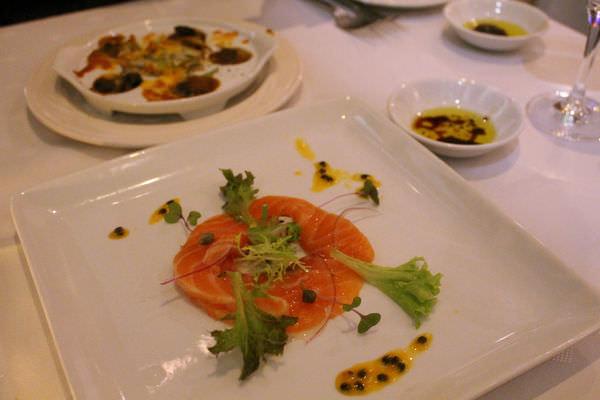 [台南]東區 成大22巷異國料理|專業酒窖|聚餐約會推薦 愛評體驗團 轉角餐廳